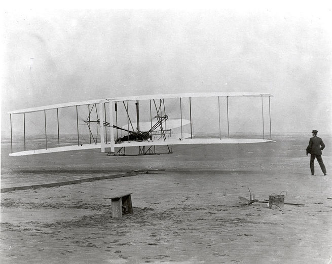 O aeroplano Flyerlevantou voo pela primeira vez no dia 17 de dezembro de 1903 napraia da cidade de Kitty Hawk, na Carolina do Norte