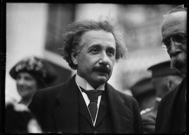 retrato em preto e branco de Albert Einstein
