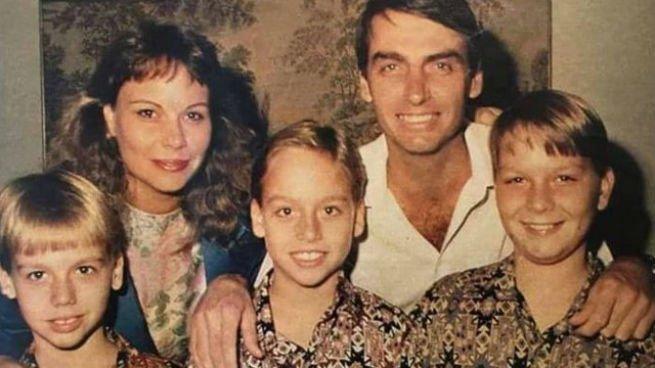 A família Bolsonaro: os pais (Rogéria e Jair) e os filhos (Flávio, Eduardo e Carlos)