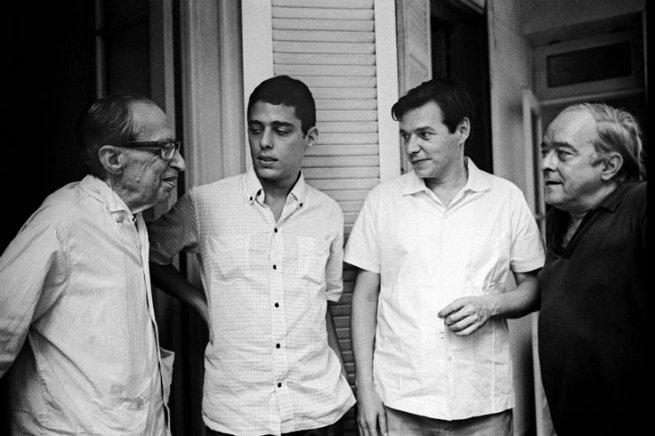Chico Buarque com alguns dos seus parceiro (Manuel Bandeira, Tom Jobim e Vinícius de Moraes).