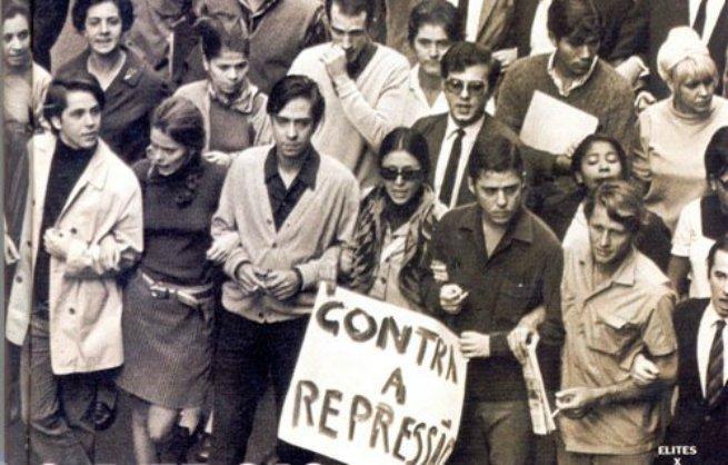 Chico Buarque em manifestação contra a ditadura militar