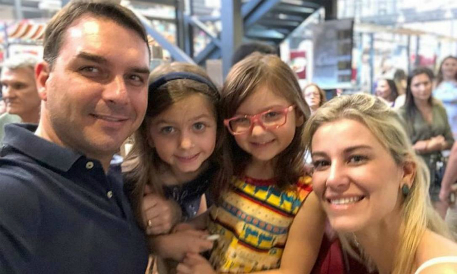 Flávio Bolsonaro, a mulher Fernanda Antunes e as filhas Luiza e Carolina
