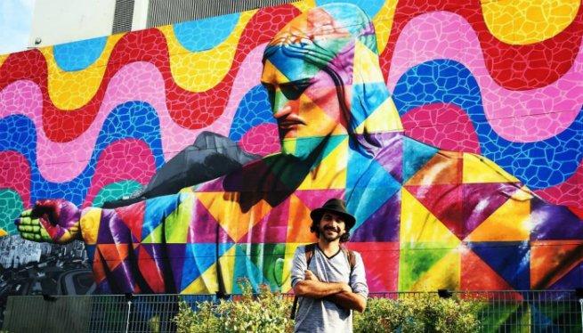 Kobra a frente do painel Rio, feito em Tóquio, com a imagem do Cristo Redentor