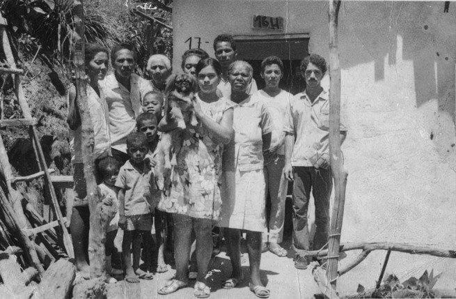 Carlinhos Brown com a família na periferia de Salvador