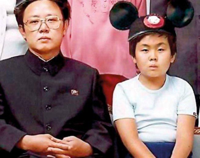 Kim Jong-il ao lado do filho Kim Jong-un, que foi educado na Suíça