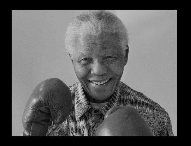 Mandela com luvas de boxe