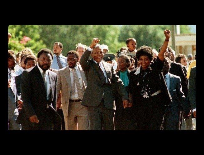 Mandela saindo da prisão de mãos dadas com a sua esposa, Winnie (11 de Fevereiro de 1990)