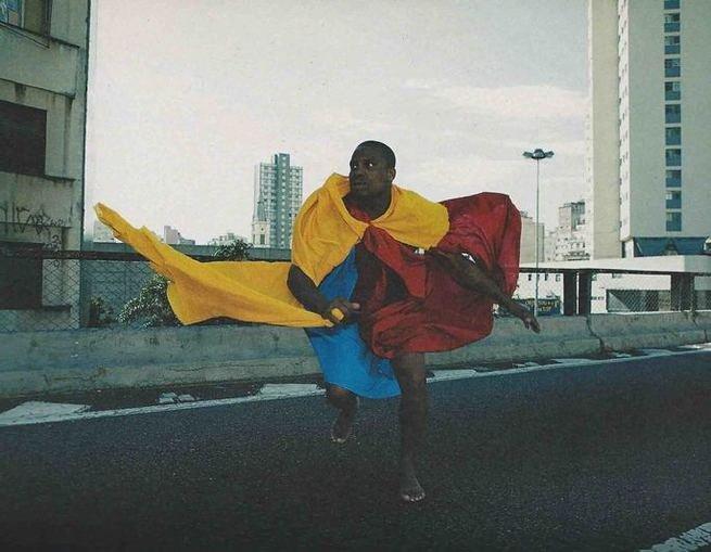 Pessoa dançando com parangolés, de Helio Oiticica
