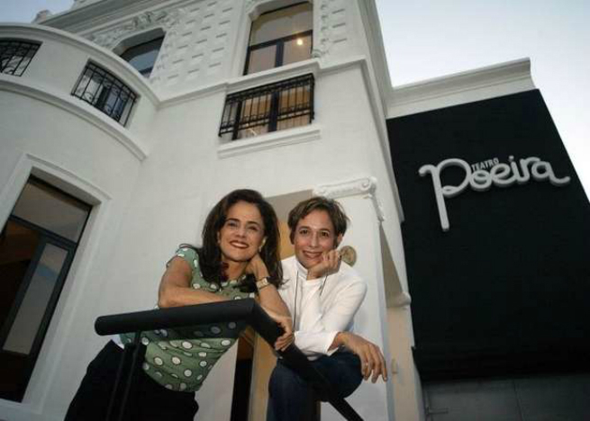 Marieta Severo e Andreia Beltrão a frente do Teatro Poeira