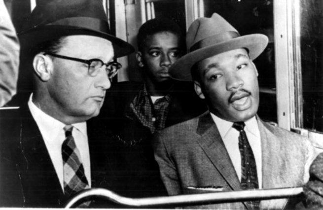Martin Luther King e Glen Smiley sentados lado a lado no mesmo banco do ônibus